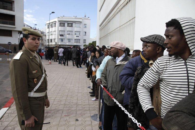 Une file d'attente de migrants devant le gouvernorat de Rabat, au Maroc, le 2 janvier 2014. Crédit : Reuters