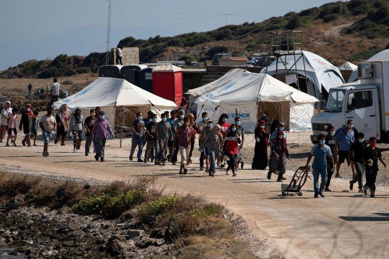 Alkis Konstantinidis/Reuters |Des réfugiés et des migrants du camp incendié de Moria, en Grèce, ont été transférés dans un nouveau camp temporaire, le 16 septembre 2020.