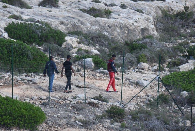 مهاجرون خارجون من مركز الاحتجاز المؤقت في لامبيدوزا. المصدر: مهدي شبيل