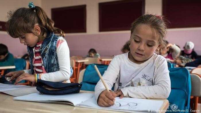 تلاميذ سوريون في مدرسة في أحد مخيمات اللاجئين في تركيا