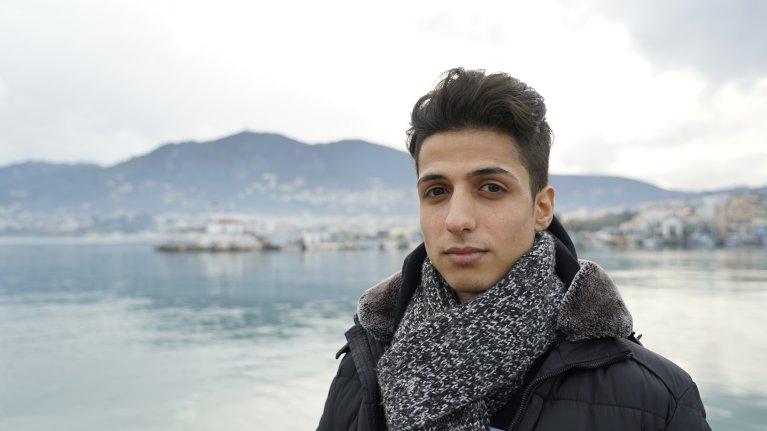 Hussein, réfugié syrien, sur le port de Lesbos, le jour de son 18e anniversaire. Crédit : Claire Paccalin, janvier 2019