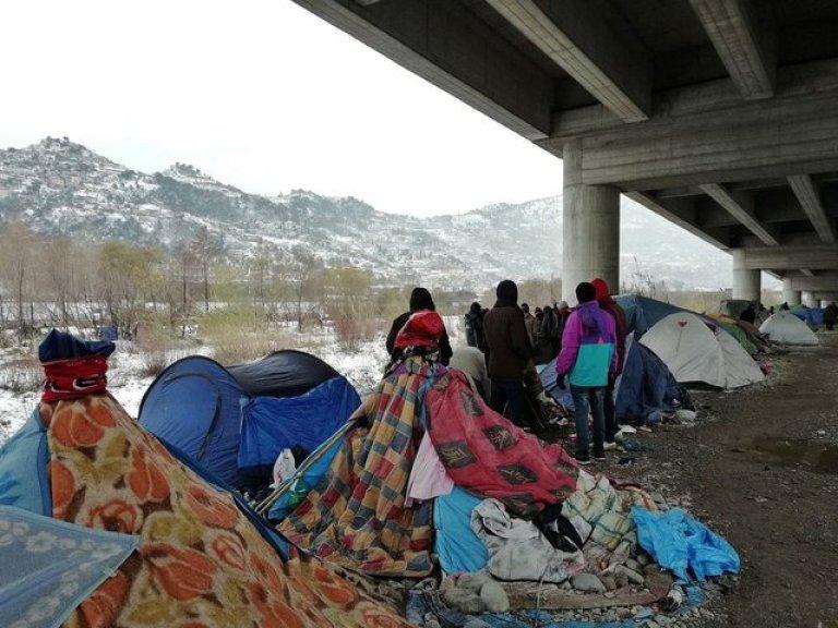 مهاجرون يسيرون على ضفة نهر روجا في فينتيميليا بإيطاليا. المصدر/ أنسا.