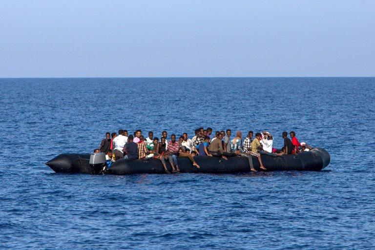 ANGELOS TZORTZINIS / AFP  Des migrants attendent d'être secourus par les garde-côtes italiens, à 30 milles marins de la côte libyenne, le 6 août 2017.