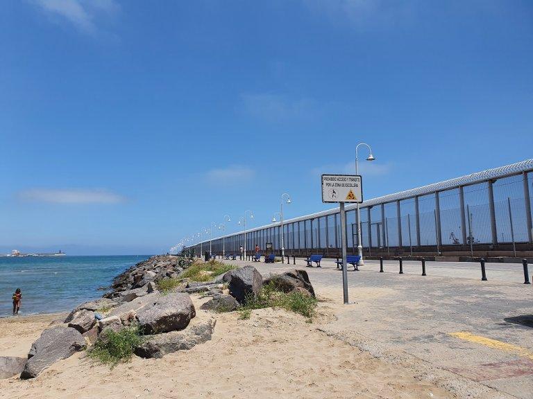 الرصيف الفاصل بين مليلية وبني أنصار، والذي يعتبر النقطة الرئيسية لوصول المهاجرين إلى الشطر الإسباني، 20 أيار\مايو 2021. شريف بيبي