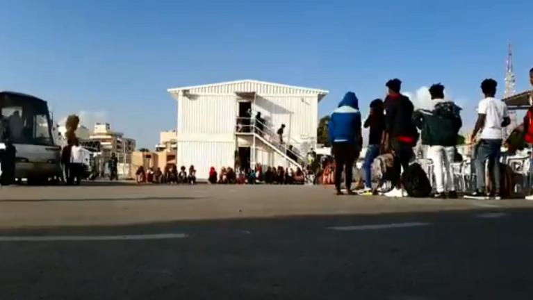 صورة مأخوذة من فيديو لمفوضية شؤون اللاجئين حول مركز التجميع والمغادرة في العاصمة الليبية طرابلس