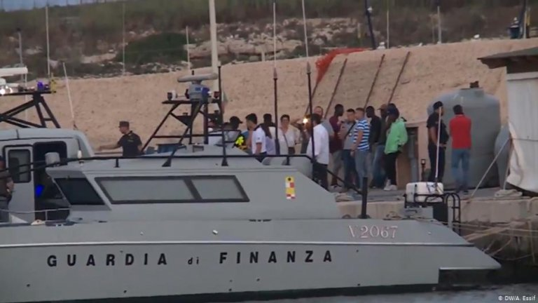 People going to shore in Lampedusa from a boat operated by Italian authorities | Photo: DW/A.Essif
