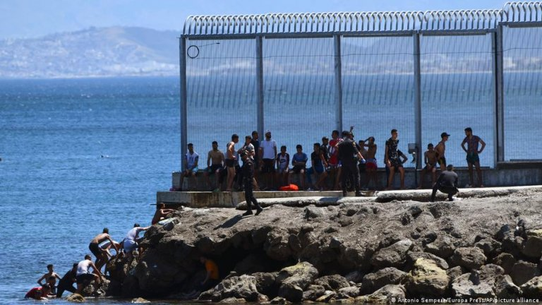 Around 5,000 people crossed the border from Morocco into the Spanish exclave of Ceuta on Monday, May 17, 2021 | Photo: Antonio Sempere/Europa Press/Picture-alliance