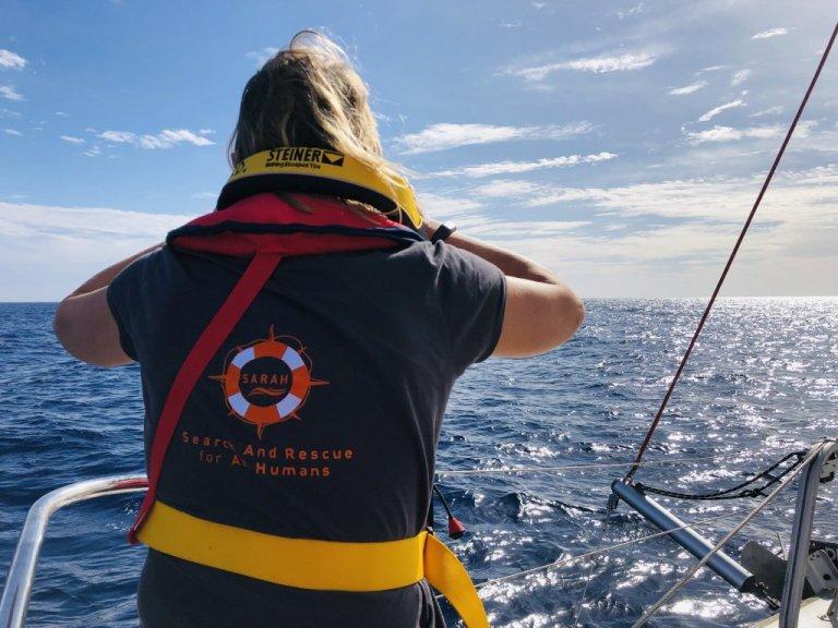 """سفينة """"سارا"""" لإنقاذ المهاجرين تقوم برصد قوارب المهاجرين قبالة سواحل جزر الكناري. المصدر: منظمة """"سارا"""""""