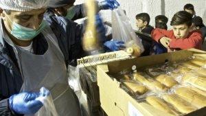 Distribution de nourriture dans le camp de Nea Kavala, dans le nord de la Grèce. Crédit : Laurent Geslin / RFI