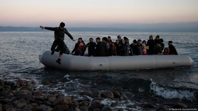 صورة من الأرشيف لمهاجرين يحاولون الوصول إلى اليونان