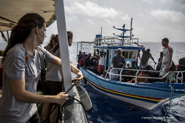 Spanish NGO Proactiva Open Arms spotted a fishing boat with around 40 migrants including children and pregnant women on June 30, 2019 | Photo: Picture-alliance/AP Photo/Olmo Calvo