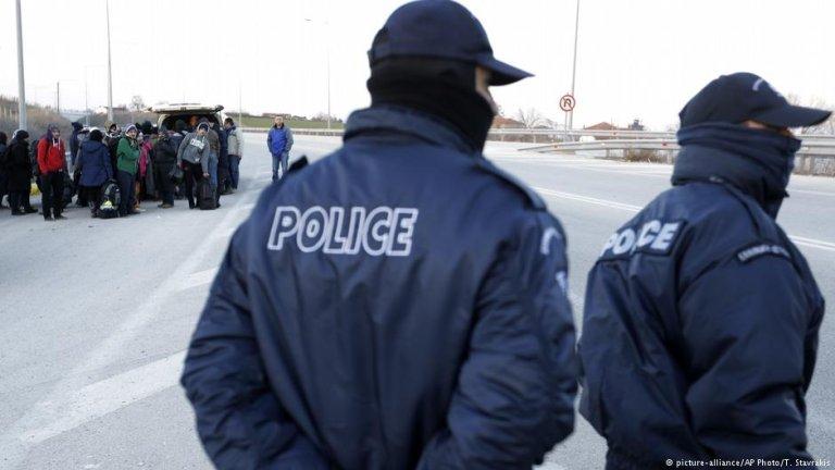 پولیس یونان یک گروهی از مهاجرین را با پاسپورتهای جعلی بازداشت کرد.