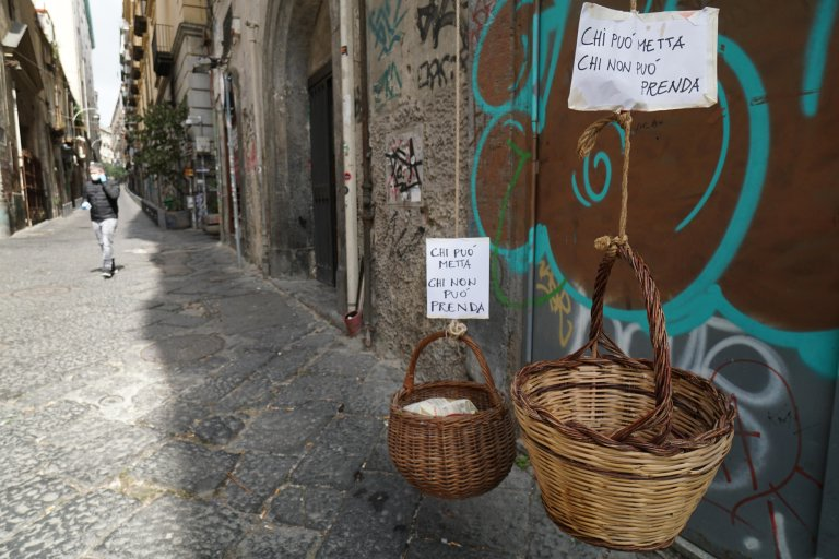 Food baskets with the sign ''if you can, put in, if you can't, take'', in the city center of Naples during the lockdown due to the coronavirus emergency, March 30, 2020 | Photo: ANSA/CESARE ABBATE