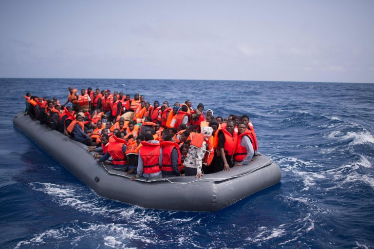 """Ansa / مهاجرون على متن قارب مطاطي ينتظرون إنقاذهم بواسطة أعضاء منظمة """"إس أو إس ميدتيرانيه""""، غير الحكومية على بعد نحو 50 كيلو مترا من سواحل ليبيا. المصدر: """"إي بي إيه""""/ كريستوفي بيتيت تيسون."""