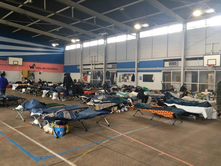 صالة رياضية في ضاحية شاتيون خصصتها الدولة كمركز مؤقت لإيواء المهاجرين الذين أخلتهم من مخيمات شمال باريس. الصورة: مهاجرنيوز