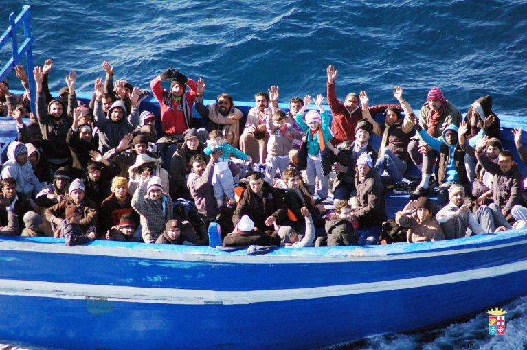مهاجرون بالعشرات في زورق صغير في المتوسط / حقوق الصورة لوكالة أنسا