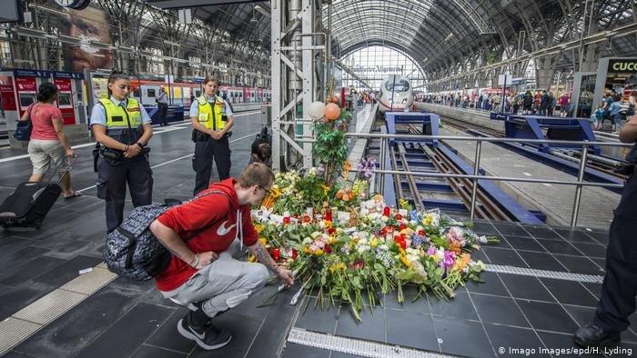 المسافرون في محطة قطارات فرانكفورت يستذكرون الطفل الذي مات على سكة القطار بعد أن دفعه الرجل الإريتري