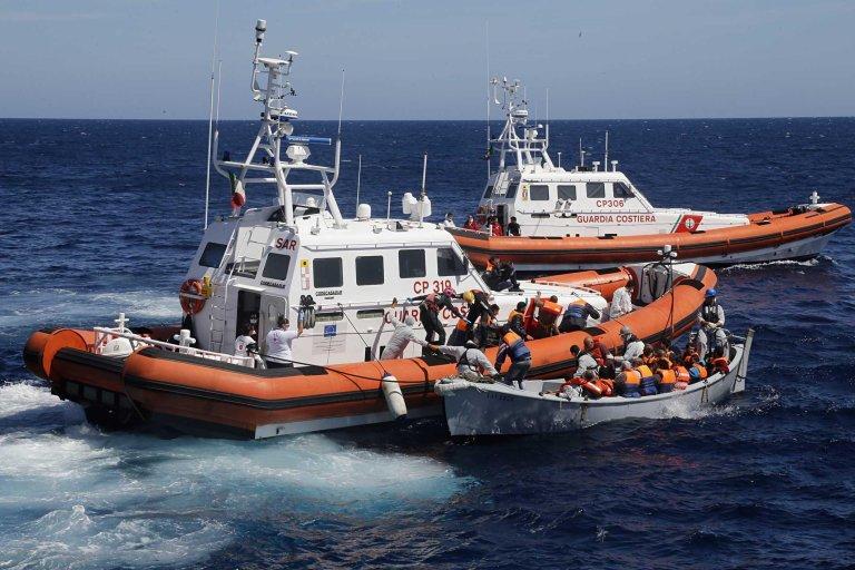 ANSA / زوارق تابعة لحرس السواحل الإيطالية تقوم بإنقاذ مهاجرين في البحر المتوسط. المصدر: أنسا/ جيوسيبي لامي.