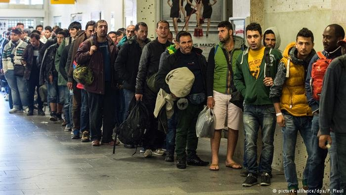 picture-alliance/dpa/P. Pleul  لاجئون من الرجال فقط في محطة القطار شونفيلد في برلين (أرشيف)