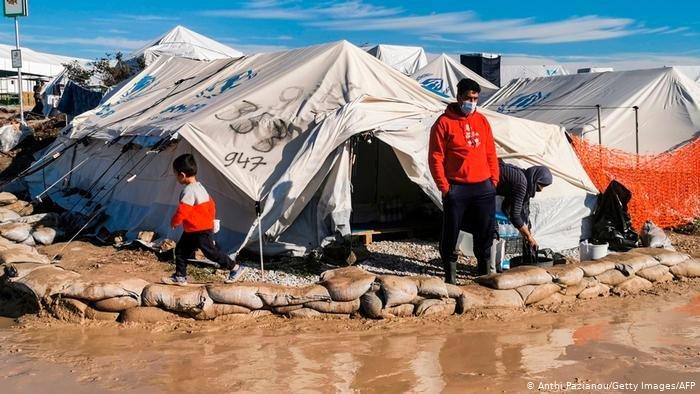 Anthi Pazianou/Getty Images/AFP |صورة من الأرشيف، لاجئون في خيم في جزيرة ليسبوس اليونانية.