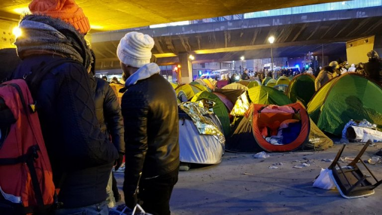 مهاجرون ينتظرون ترحيلهم. الصورة: مهاجر نيوز/أرشيف