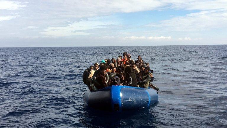 Des migrants en mer Méditerranée. Crédit : Reuters