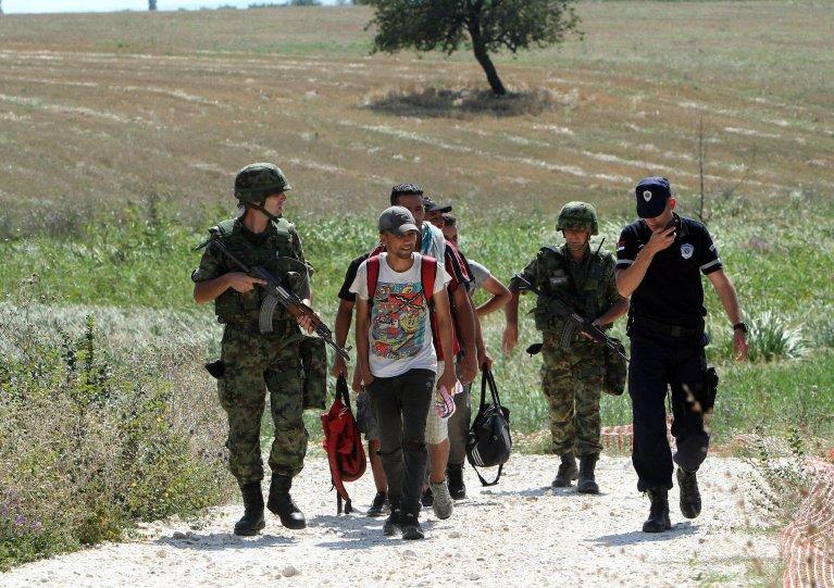 عکس: ارشیف/ماموران اردو و پولیس صربستان، مهاجرانی را که حین عبور از مرز مقدونیه با صربستان بازداشت شده اند، همراهی می کنند./عکس: ARCHIVE/EPA/DJORDJe SAVIC