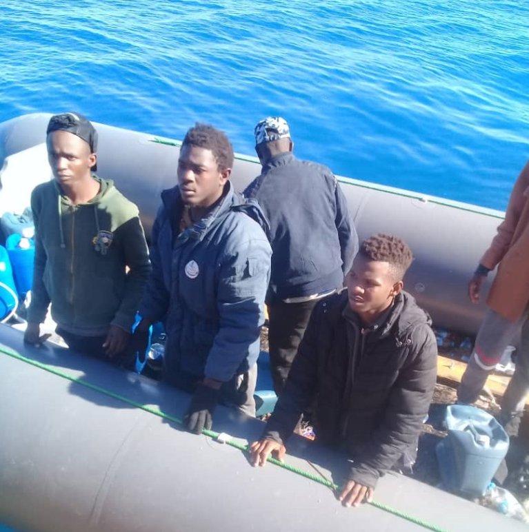 Mohamed (à droite, coupé sur la photo) et les quatre autres personnes qui ont refusé de monter sur le Sarost 5, en mars 2019. Crédit : InfoMigrants