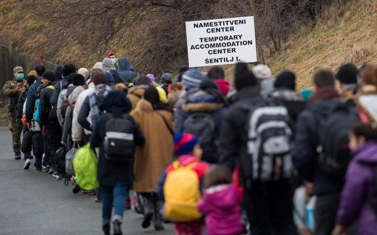 "ansa / مهاجرون يسيرون نحو أحد المخيمات المؤقتة على الحدود السلوفينية - النمساوية. المصدر: ""إي بي إيه""/ كريستيان برونا."