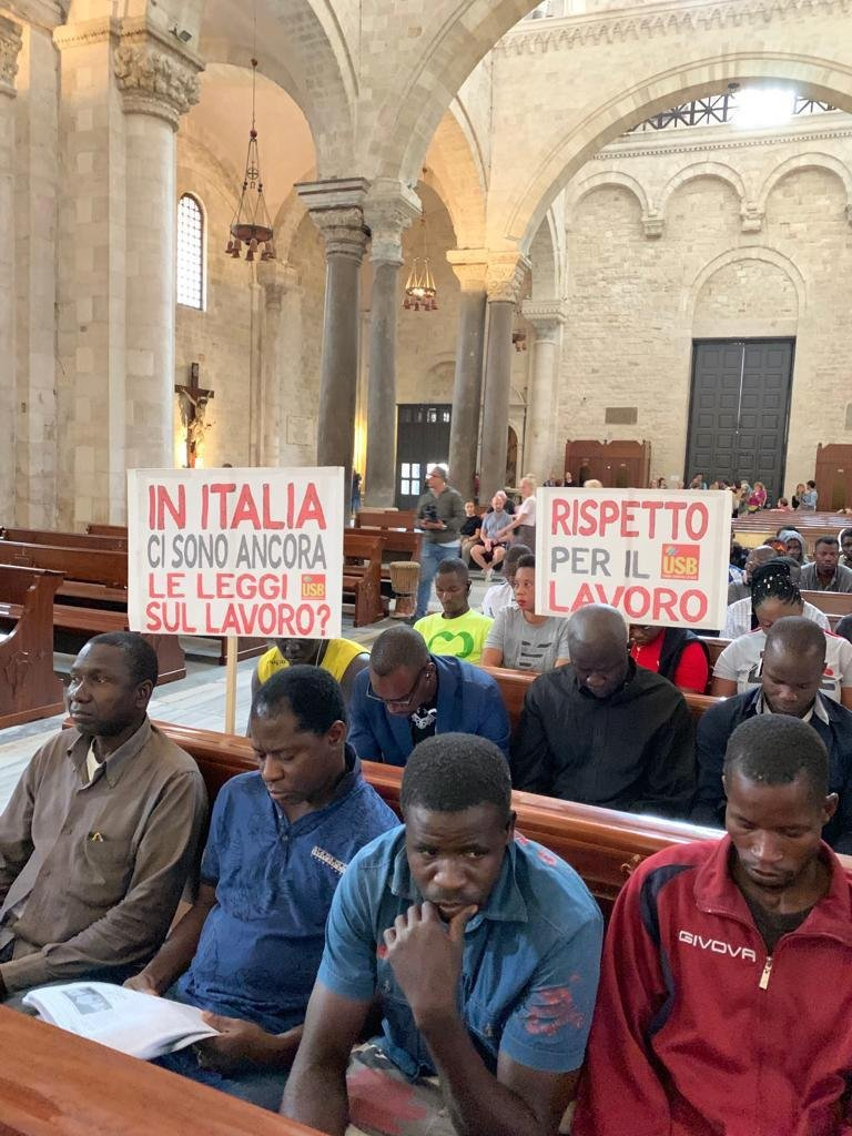 ANSA / اعتصام رمزي لكنيسة سان نيكولا في باري من قبل عمال مهاجرين يعملون في الزراعة. المصدر: أنسا.