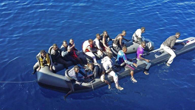 مهاجرون على متن قارب مطاطي قبالة السواحل المغربية. المصدر: أنسا