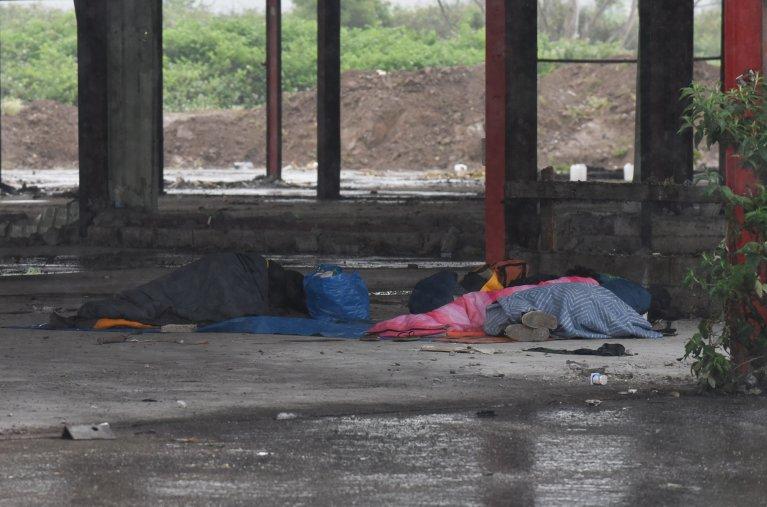 Des migrants dorment dans les hangars désaffectés de l'impasse Magnésia à Calais, en juin 2021. Crédit : Mehdi Chebil pour InfoMigrants