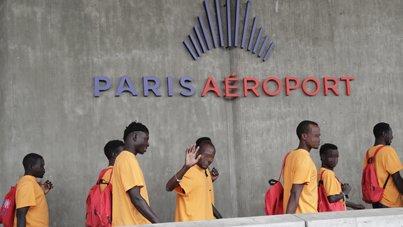 لاجئون في مطار شارل ديغول شمال باريس. أرشيف