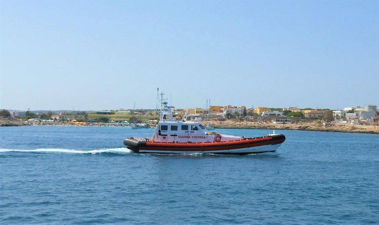 قارب تابع لحرس السواحل الإيطالية لدى عودته لميناء لامبيدوزا بعد قيامه بدورية في المنطقة إثر زيادة عمليات وصول المهاجرين. المصدر: أنسا/ إليو ديسيدريو.