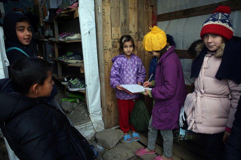 کمپ موریا در جزیره لیسبوس، گروهی از کودکان در این جا خواندن و نوشتن را می آموزند./عکس: EPA/Orestis Panagiotou
