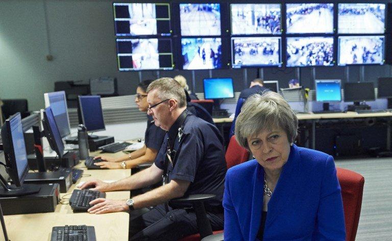 La Première ministre britannique Theresa May parle à des agents de la Force frontalière à l'aéroport Heathrow, à Londres, le 19 décembre 2018. Crédit : AFP