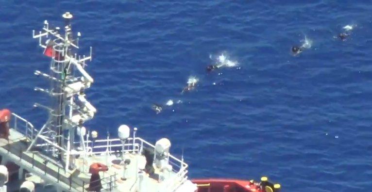 المهاجرون يسبحون باتجاه سفينة فوس تريتون في 14 حزيران/يونيو 2021. المصدر: تويتر/سي ووتش
