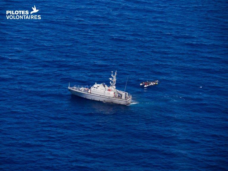 مركبة تابعة لخفر السواحل الليبي شوهدت بالقرب من قارب للمهاجرين