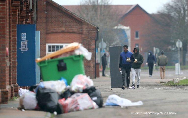 پناه غوښتونکي د بریتانیا جنوب خیتځ د نیپر کمپ کې. جنوري ۲۰۲۱. انځور:AP