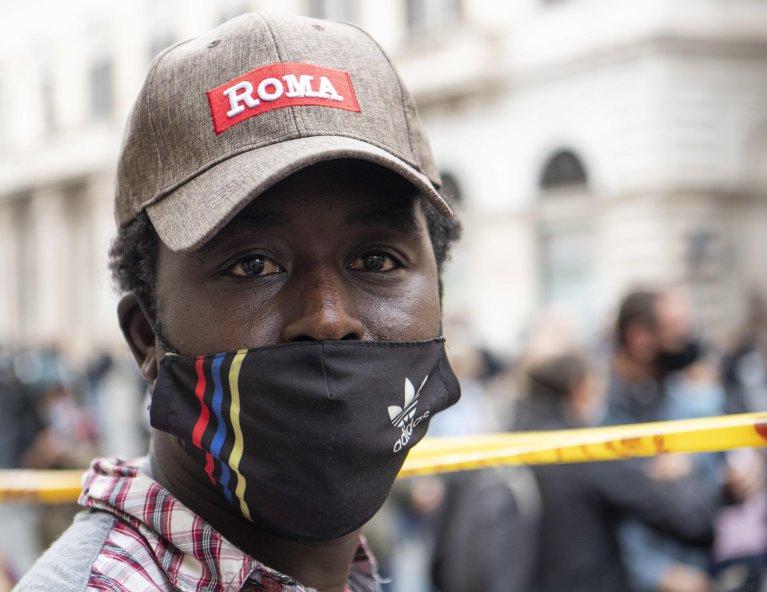 أحد اللاجئين في مظاهرة في روما في 3 تشرين الأول/ أكتوبر 2020. المصدر: ماوريزيو برامباتي/ أنسا.