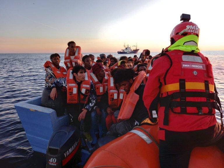 طاقم سفينة آيتا ماري أثناء عملية الإنقاذ التي حصلت في 19 شباط/فبراير 2020. المصدر: ماي داي ميديتيرانو