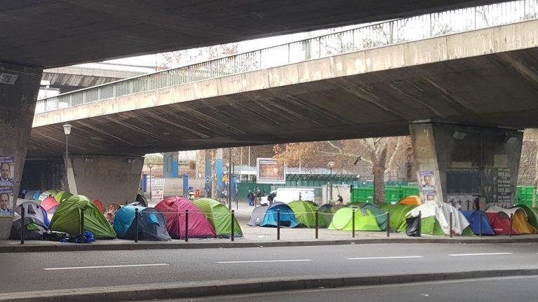 """Les associations estiment que le """"durcissement"""" des """"conditions d'accès à l'hébergement  vise à """"décourager la demande d'asile"""" et les pousse à vivre dans des campements aux """"conditions indignes"""". Crédit : InfoMigrants"""