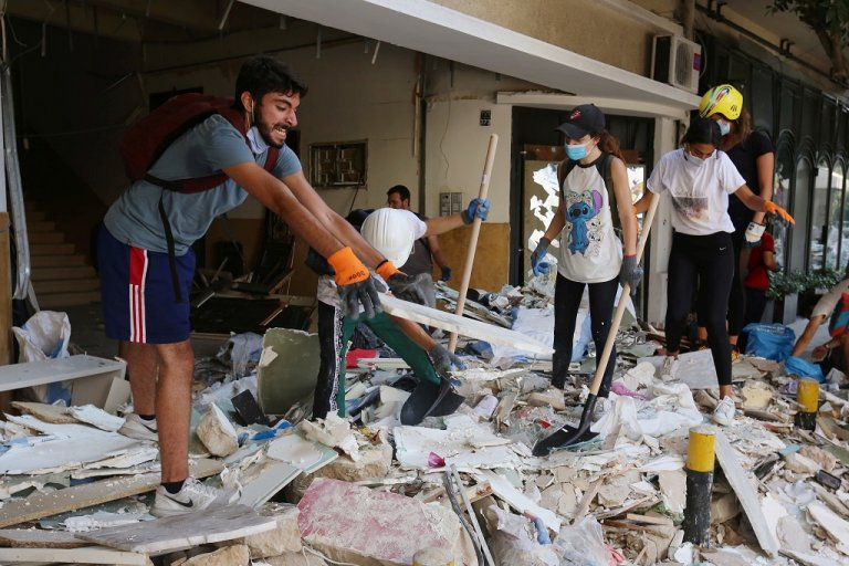 متطوعون يقومون بإزالة حطام واجهات أحد المباني التي تحطمت بفعل انفجار مرفأ بيروت، 7 آب/أغسطس 2020. رويترز