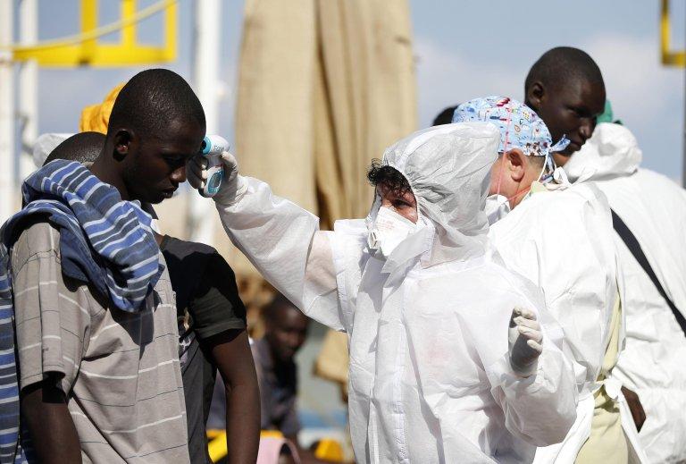طبيب يعالج مهاجرا وصل للتو إلى بوزالو في صقلية. المصدر:  أنسا/ المكتب الصحفي للصليب الأحمر الإيطالي/ يارا ناردي.
