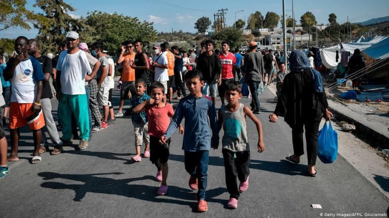 ۱۳ سپتمبر سال ۲۰۲۰، جزیره لیسبوس،  کودکان در جاده ای که در نزدیکی کمپ کاراتیپه قرار دارد، قدم می زنند /  عکس : Getty Images/AFP/L.Gouliamaki