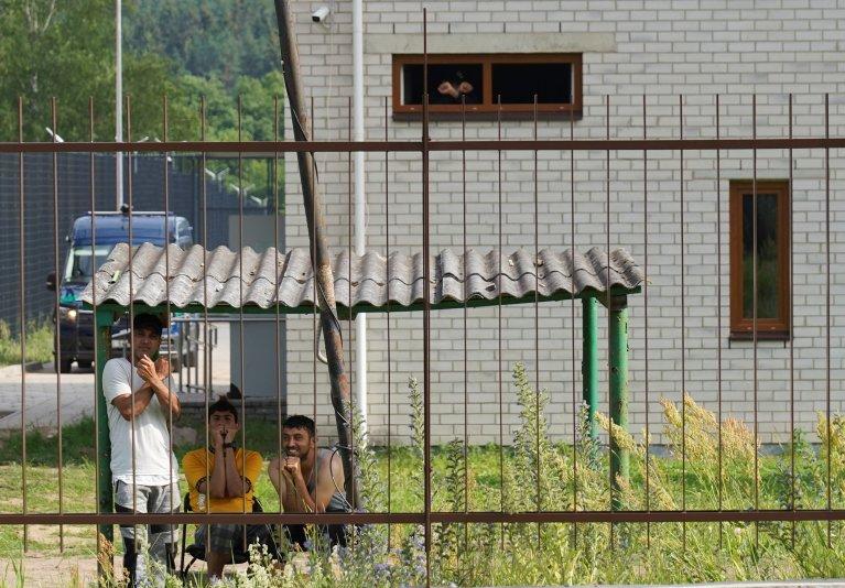 مهاجران در مرکز پابراده در لیتوانیا، ۶ جولای ۲۰۲۱. عکس از رویترز