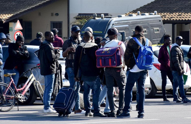 Migrants leave the CARA reception centre in Mineo, after the centre was closed | Photo: ANSA/ORIETTA SCARDINO