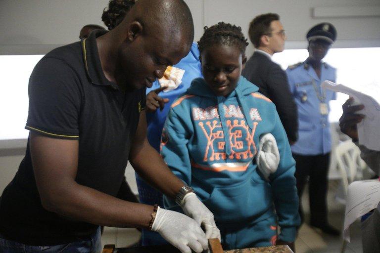 ANSA / مهاجرون من ساحل العاج لدى وصولهم إلى أبيدجان، قادمين من ليبيا، بمساعدة منظمة الهجرة الدولية. المصدر: إي بي إيه / لجنان كولا.