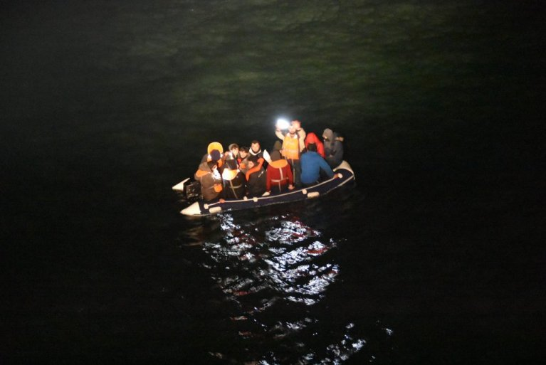 نیروهای دریایی فرانسه در یک مورد به کمک یک کشتی حامل ۱۴ مهاجر شتافتند. عکس از Permamanche