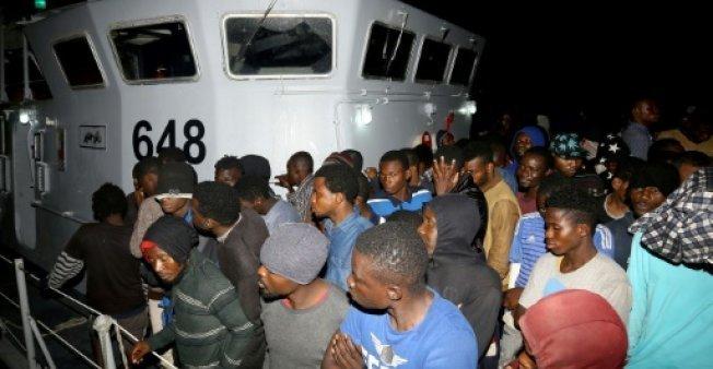 أ ف ب/ أرشيف |مهاجرون يصلون إلى قاعدة بحرية في طرابلس بعد إنقاذهم في المتوسط في 24 حزيران/يونيو